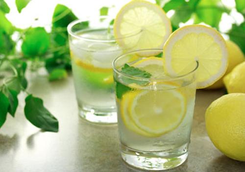 uống nước chanh buổi sáng giúp bạn đẹp hơn bất ngờ