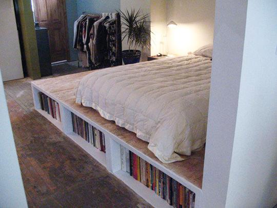 tận dụng gầm giường làm kệ để sách