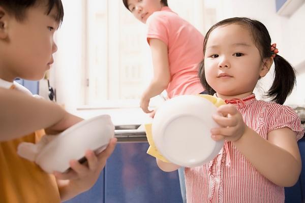 Cách mẹ khuyến khích bé làm việc nhà