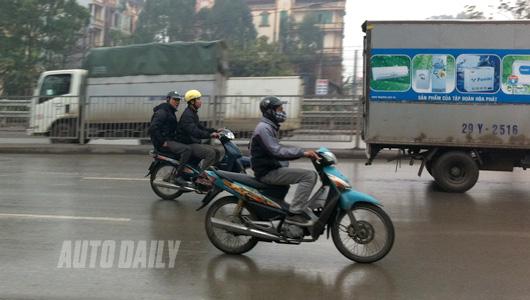 Kinh nghiệm quý báu khi đi xe máy trời mưa phùn giá rét